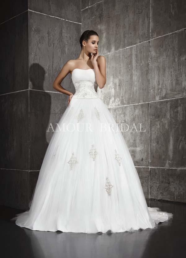Пышные свадебные платья с кружевом и жемчугом